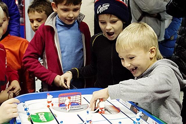 Дети сыграли в настольный хоккей