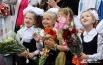 Маленькие школьницы провожают взглядом воздушные шарики