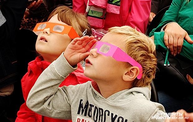 Каждые полчаса проводилась шоу-программа для детей и взрослых, содержащая эксперименты из области химии и физики