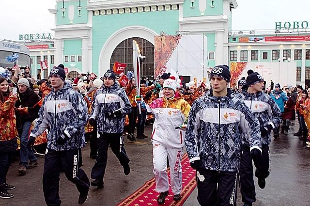 Первые метры по сибирской земле огонь Олимпиады прошел в руках прославленной олимпийской чемпионки Анны Богалий.