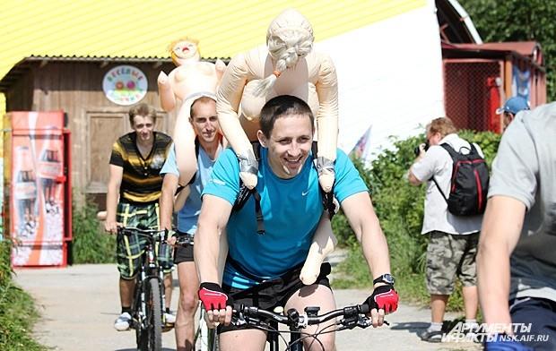 Заплыв начался с традиционного велозаезда с надувными резиновыми женщинами на борту, по маршруту от площади Калинина до парка «У моря»