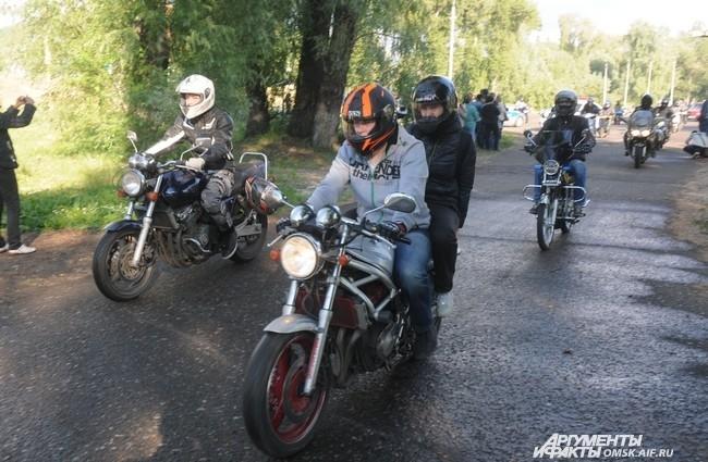 Колонна байкеров прокатилась от места проведения акции на «Зеленом острове» до спорткомплекса «Арена-Омск».