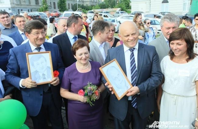 Мэр и губернатор даже получили в подарок свеженарисованные портреты.