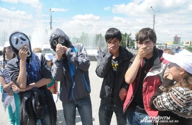 Противогазы и маски были элементами флешмоба.