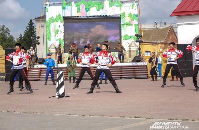 В центре крепости была установлена большая сцена, на которой проходили выступления творческих коллективов.