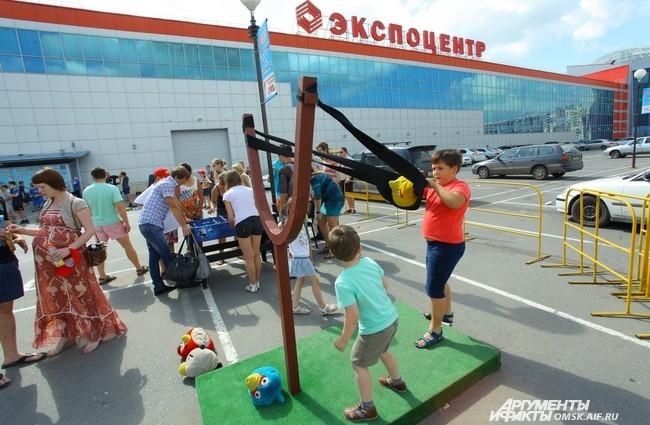Организаторы на площади перед «Континентом» развернули целый праздник.