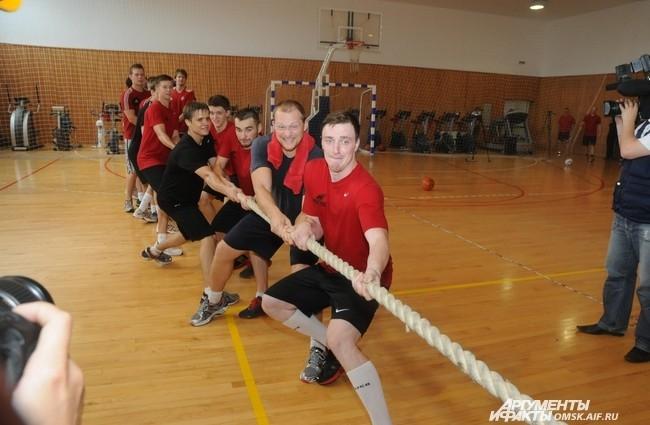 Под занавес тренировки хоккеисты решили потягать канат...