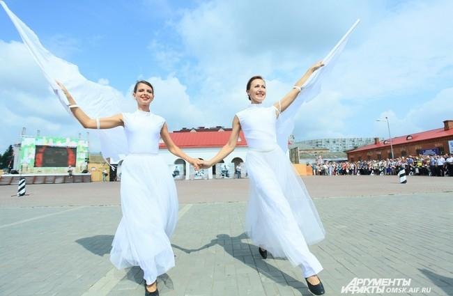 Площадь у крепости украсили не только яркие декорации, но и красивые девушки.