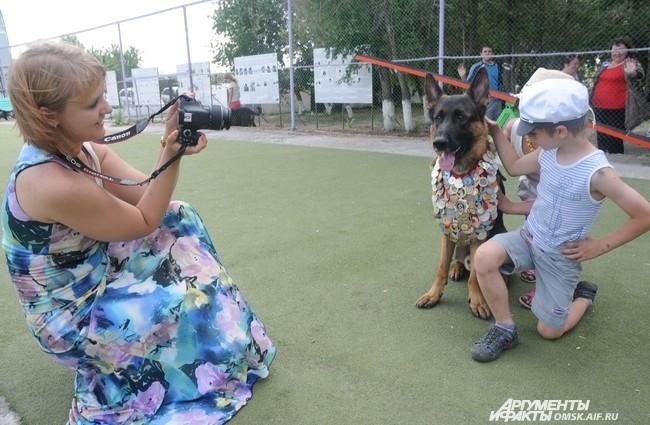 После подведения итогов конкурсов дети могли ещё и сфотографироваться с понравившимися собаками.