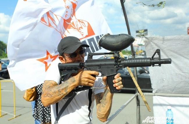 Желающие соревновались в меткости, стреляя из пейнтбольных маркеров.