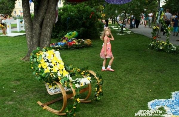 ...а цветочные кресла-качалки манили своим видом уставших от праздника омичей.