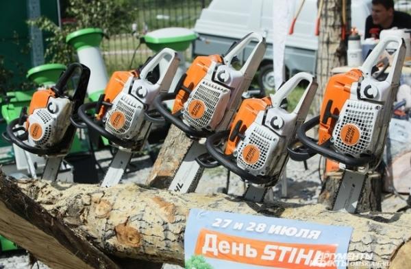 Готовые к работе бензопилы ждали своих покупателей.