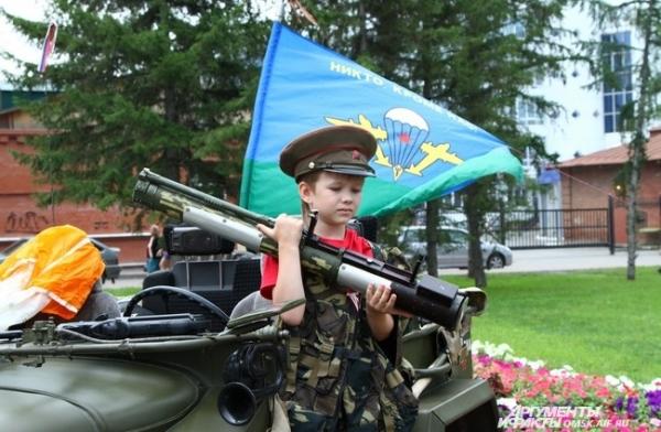 Возле музея воинской славы гостей ждали и юные десантники.