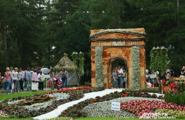 Цветочные Тарские ворота призывали прохожих сфотографироваться с ними...