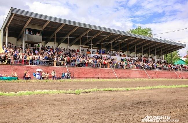 Омский ипподром давно не видел такого наплыва зрителей - на трибунах за два дня побывало до 2 тыс. человек.