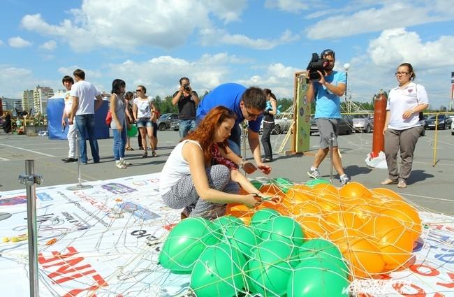 Омичи писали на гелиевых шариках свое желание и складывали их в огромную паутину.