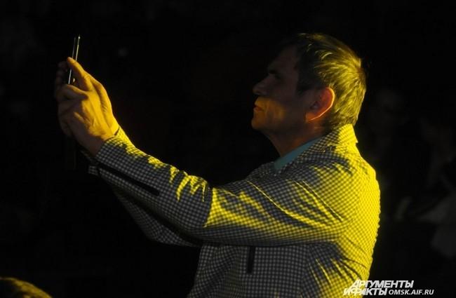 Бари Алибасов составлял собственный фотоотчёт концерта.