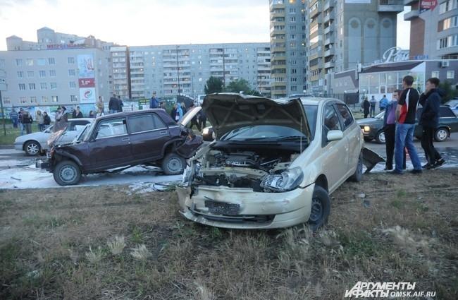 В ДТП пострадали семь машин, среди которых ВАЗ-2107, ВАЗ-2109, ДЭУ Нексия, Хонда, Субару, ГАЗ-3307 и Тойота Платц