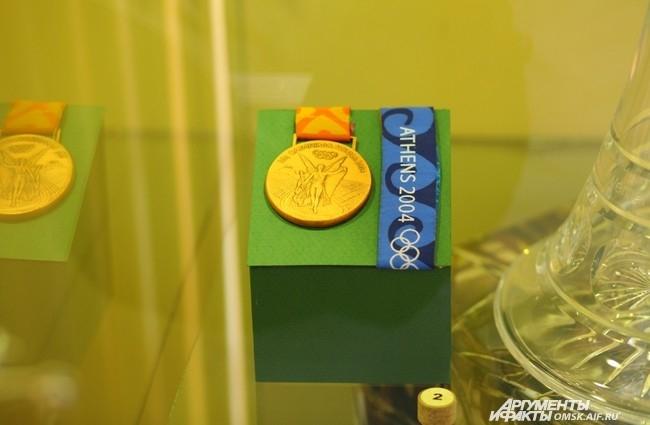 Любителям спортивной стрельбы будет интересно увидеть Кубок мира и бронзовую медаль афинской Олимпиады, предоставленные специально для показа на выставке Дмитрием Лыкиным, мастером спорта международного класса по пулевой стрельбе.