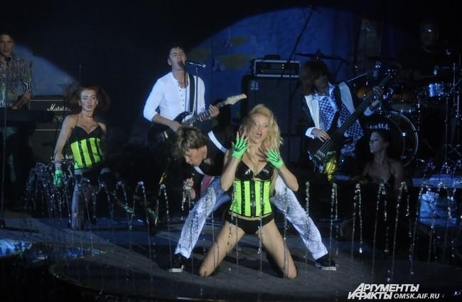 На импровизированной арене цирка подопечные Алибасова показали, что успех не покинул группу до сих пор, и что нанайцы ещё могут удивлять и эпатировать публику.