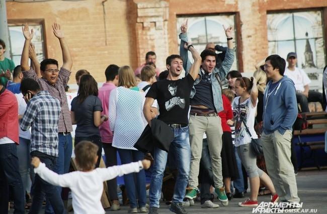 Праздник собрал большое количество зрителей из числа молодёжи разных стран мира.