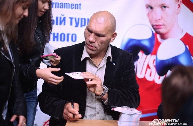 ... и не только омского. Да, в качестве почётного гостя на соревнованиях присутствовал знаменитый российский тяжеловес Николай Валуев.