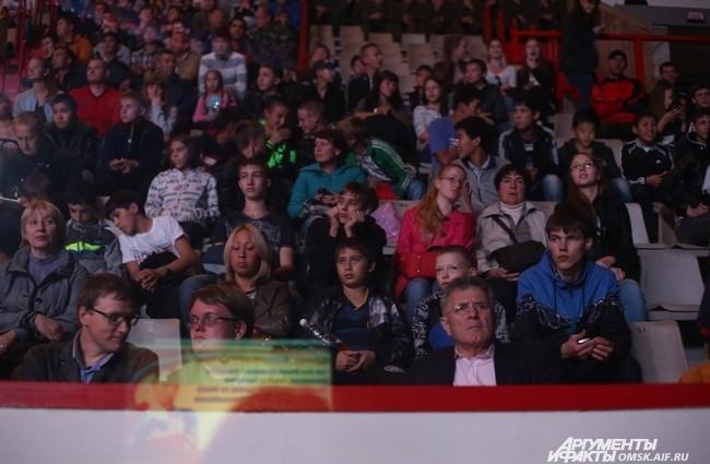 Несколько тысяч зрителей пристально следили за техникой бойцов.