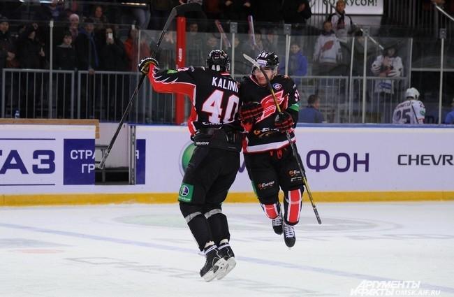 Омские хоккеисты порадовали зрителей послематчевыми пируэтами.