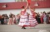 Юные красавицы танцевали испанский танец фламенко.