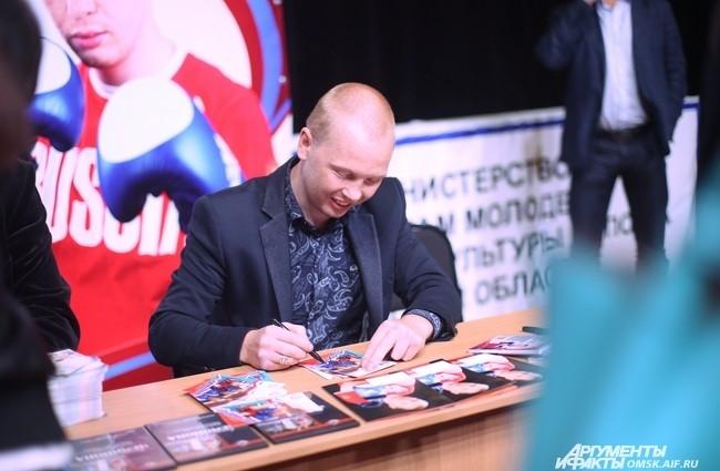 Зрители имели возможность не только насладиться боями, но и получить автограф изаменитого омского боксёра...