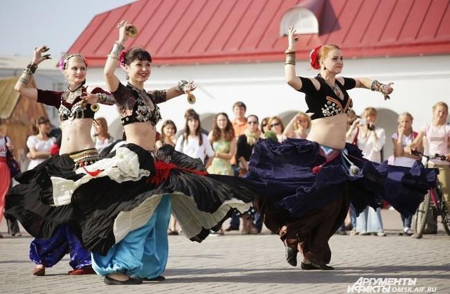 Под руководством одного из студентов пары из разных стран исполнили импровизированный бразильский танец.