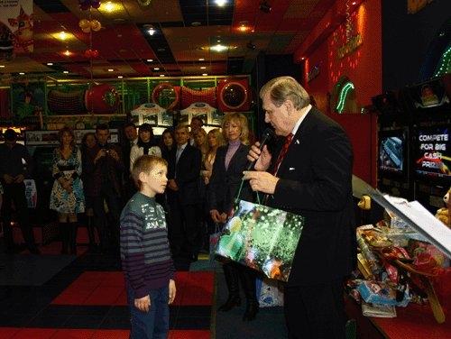 Подарки принес и Глава города Юрий МИЩЕРЯКОВ