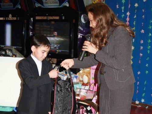 Подарки от Губернатора вручала его помощник Евгения ШЕВЧЕНКО