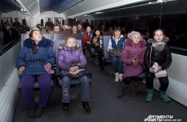 Подвижная выставка с осколком Челябинского метеорита приехала на Омский железнодорожный вокзал.