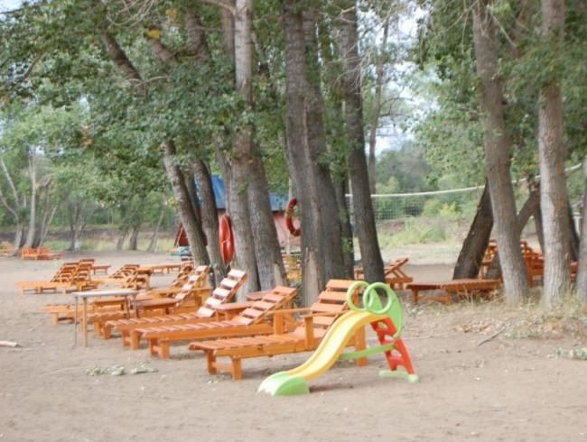 Есть на пляже и места под сенью деревьев