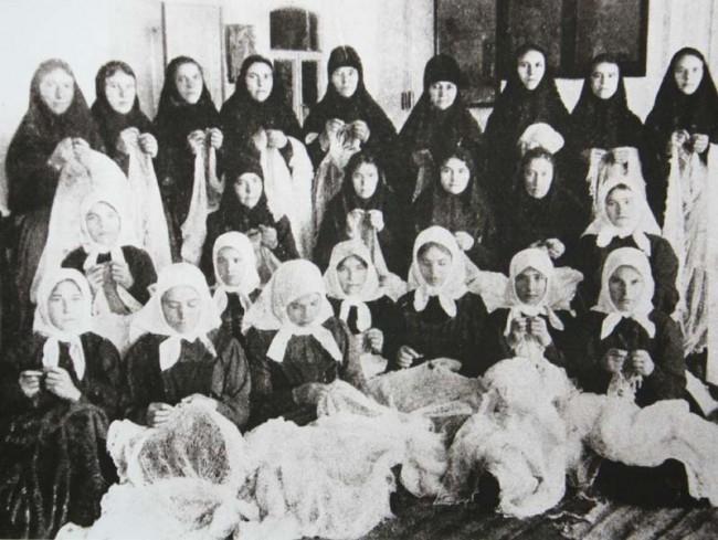 Монахини и послушницы пуховой мастерской Успенского монастыря. Начало XX века.