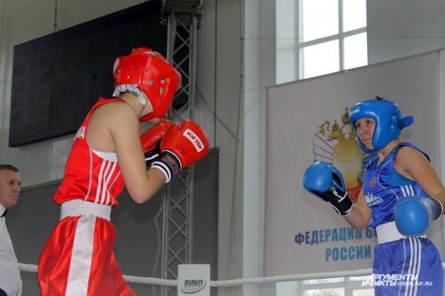 Людмила Шахова (в синем) готовится принять удар от Малики Шахидовой (в красном)