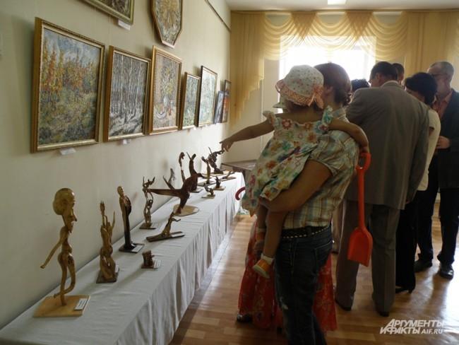 На выставку приходят родители с детьми