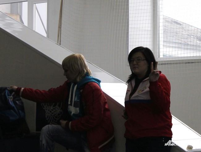 Виктория Гуркович (слева) на трибуне болельщиков