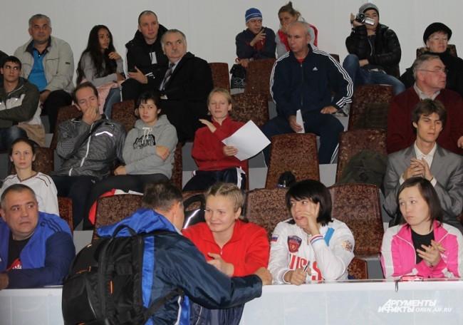 Участницы чемпионата на скамье болельщиков