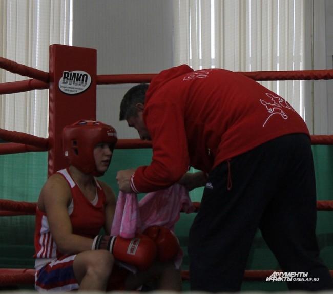 Тренер дает советы перед боем