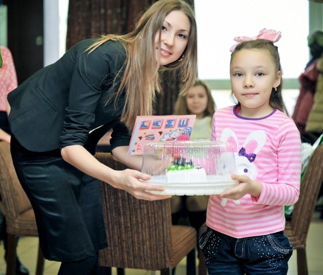 """Саитова Кариан получила приз от кондитерского цеха """"Он кофе"""" из рук pr-менеджера цеха Хасановой Гульдар"""