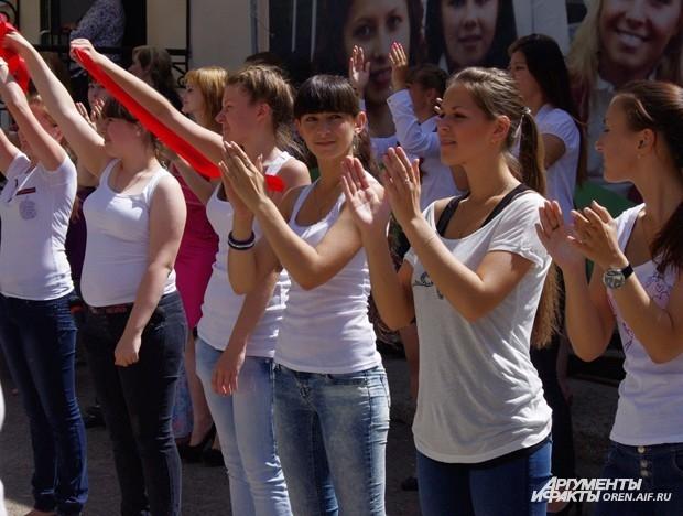 Оренбуржцы радостно встречают огонь Универсиады