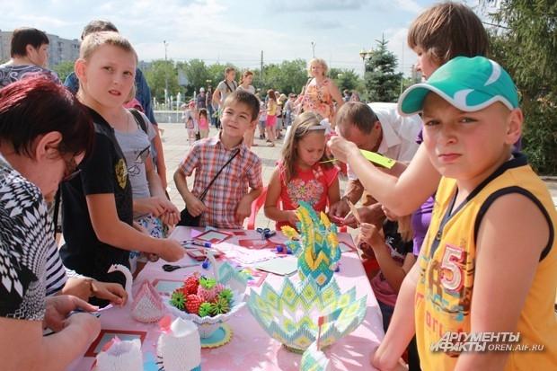 Дети могли мастерить поделки прямо на улице.