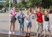 Дети радуются лету и возможности искупаться в фонтане.