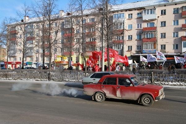 Колонна прошла вниз по Комсомольскому проспекту