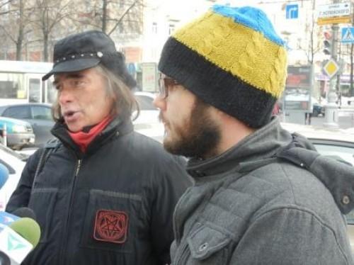 Создатели стены Битлз - художники Олег Иванов и Александр Жунёв.