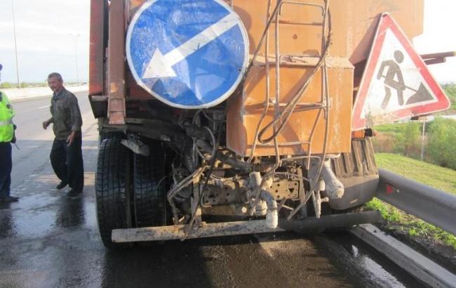 В Кировском районе на автодороге «Краснокамск – Пермь» водитель автомобиля ГАЗ-3302 въехал в стоящий КАМАЗ. В результате происшествия его виновник был госпитализирован в тяжёлом состоянии, а его пассажир получил смертельную травму.