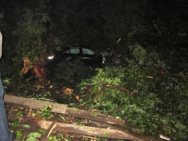 В Индустриальном районе ночью 24 июня водитель автомобиля «Mercedes-Benz» по невыясненным пока обстоятельствам не справился с управлением, в результате чего выехал на обочину и там столкнулся с деревом. В результате происшествия он получил смертельную тра