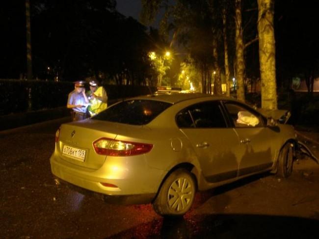 В Мотовилихе женщина-водитель «Renault-Fluence» превысила скорость, в результате чего не справилась с управлением и въехала в дерево. В столкновении погиб пассажир иномарки.